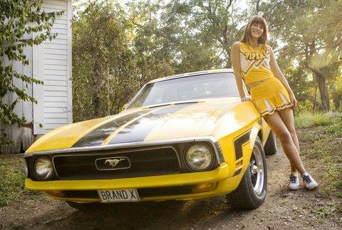 Mary Elizabeth Winstead en Deathproof - Grindhouse junto al Ford Mustang